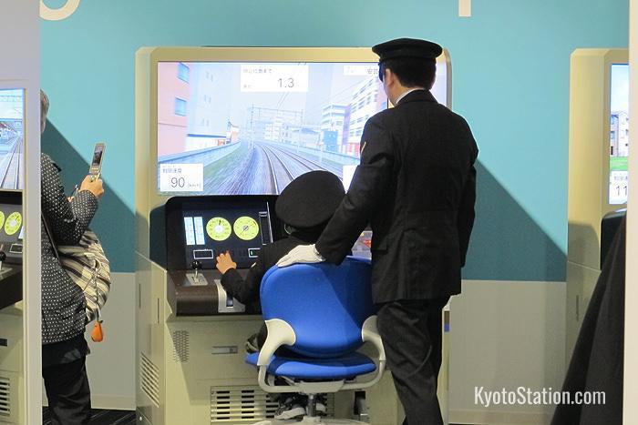 I visitatori che fanno pratica con il simulatore devono anche indossare il cappello da pilota!