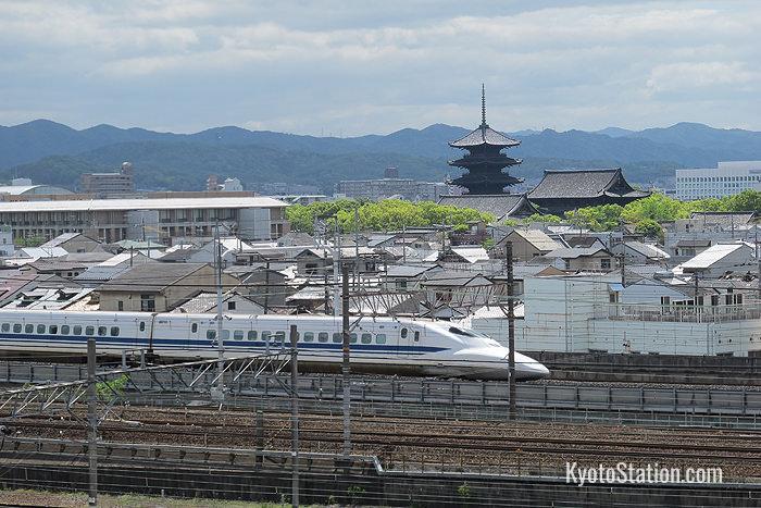 Uno shinkanset che passa vicino al Templio Toji, visto dalla terrazza panoramica del museo