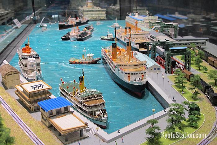 Un mini-diorama del traghetto ferroviario sul lago Biwa nella prefettura di Shiga