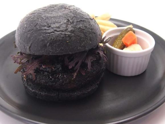 come il famoso black burger della Burger King giapponese, il pane del Makkuro Burger viene colorato usando del carbone di bamboo