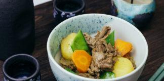 Nikujaga piatto stufato carne giapponese ricetta