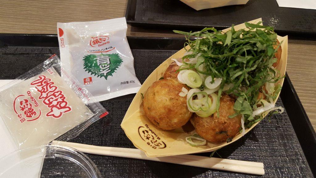 Takoyaki con salsa speciale allo shiso e daikon grattuggiato (oroshi)