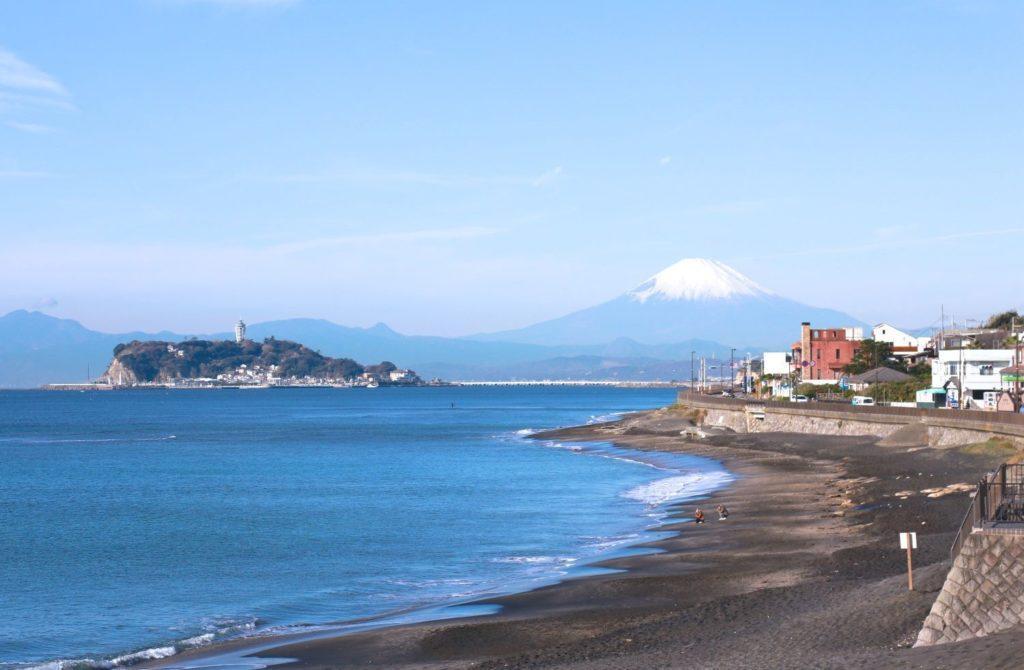 Spiaggia di Kamakura con Enoshima e monte Fuji sullo sfondo. Umi no hi festa del mare