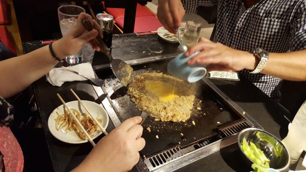 monjayaki come si prepara l'okonomiyaki di Tokyo